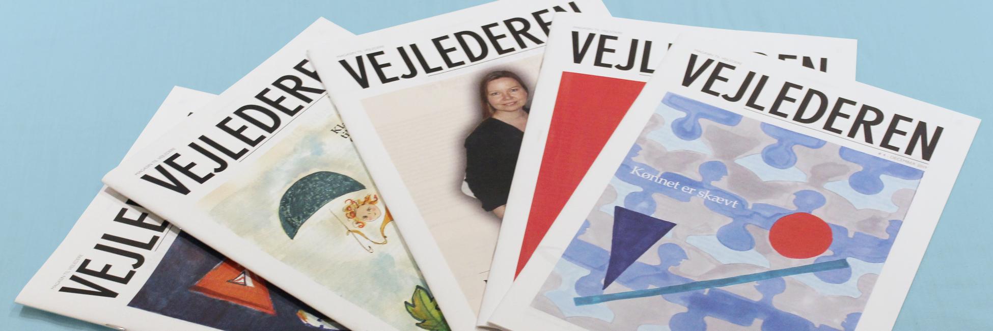 Fem numre af medlemsbladet VEJLEDEREN, liggende side om side